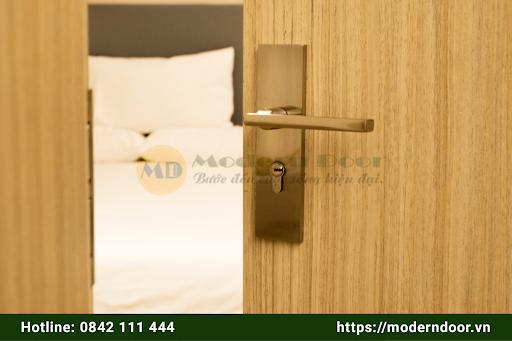 Không nên lắp cửa phòng ngủ đối diện giường