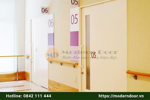 Mẫu cửa văn phòng màu màu nâu gỗ gắn kính mờ
