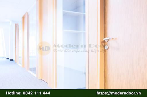 Mẫu cửa văn phòng màu nâu gỗ đơn giản, sang trọng