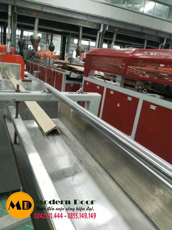 Sử dụng nẹp thông minh, thuận tiện cho việc thi công cửa nhựa gỗ composite