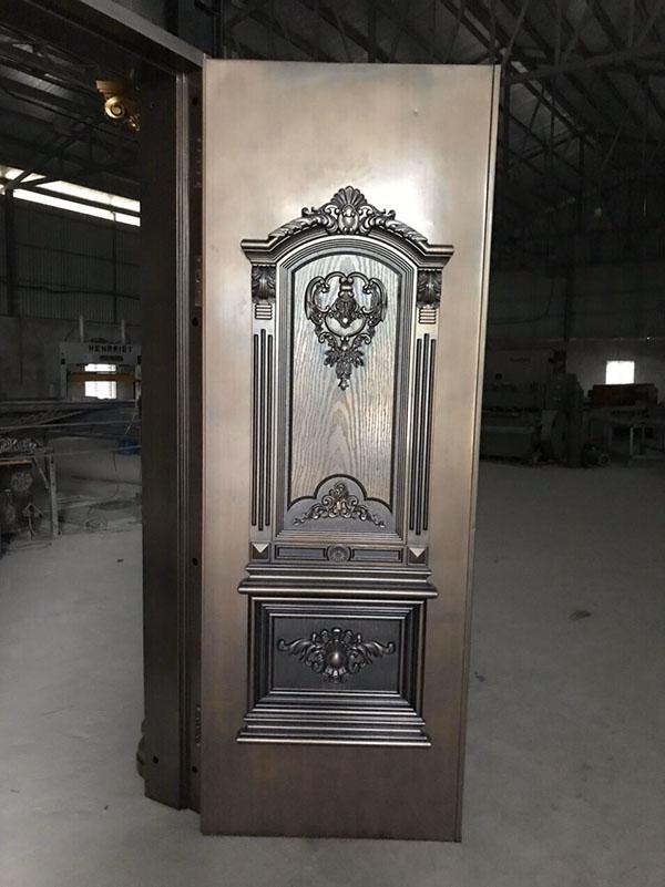 Các họa tiết cách điệu giúp tăng thêm vẻ đẹp cho cửa thép vân gỗ Goonsan