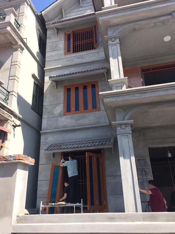 Cửa thép vân gỗ Goonsan 4 cánh thích hợp có các ngôi nhà kích thước rộng