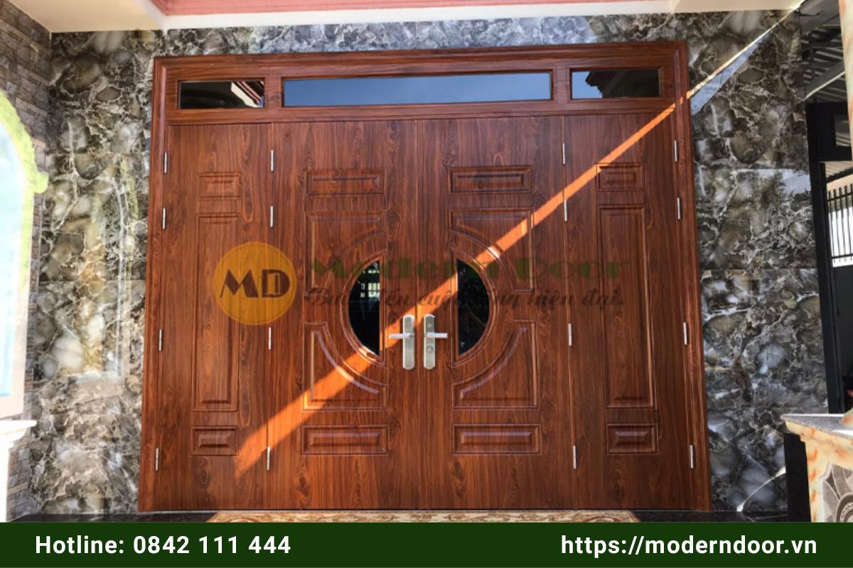 Mẫu cửa nhà thép vân gỗ sang trọng